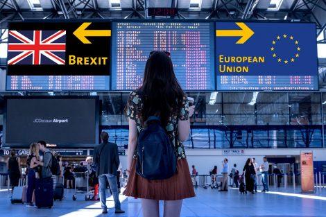 Eine Person schaut auf die digitale Anzeige auf Flughafen. Links steht Brexit und rechts steht Europäische Union.