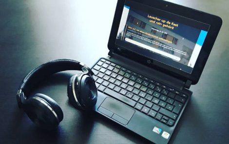 Auf einem kleinen Laptop ist die Website der LOHROthek zu sehen. Neben dem Laptopliegen Kopfhörer.