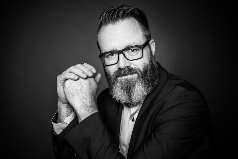 Claus Ruhe Madsen Portrait in schwarz-weiß