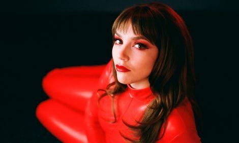 Musikern Sofia Portanet in rotem Kleidungsstück