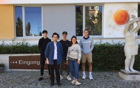 Gruppenfoto der LOHRO-Freiwilligen 2020/21 vor dem Gebäude der Frieda23