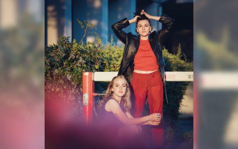 Nora Steiner sitzt vor stehender Madlaina Pollina, die sich durch die Haare fährt