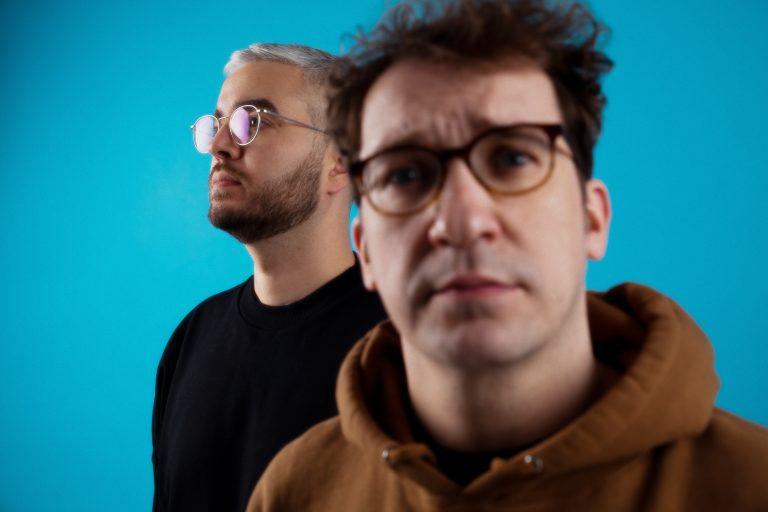 Musiker Audio 88 & Yassin vor hellblauem Hintergrund