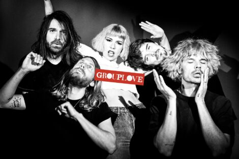 4 Männer und eine Frau mit dem Schriftzug des Bandnamens Grouplove