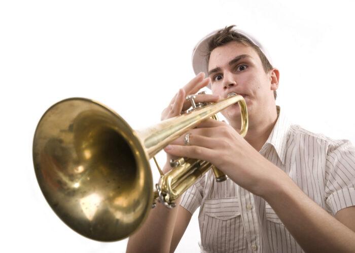 Trompete spielender Mensch