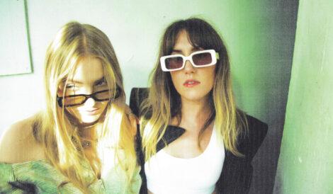 Megan Markwick and Lily Somerville von der Band IDER