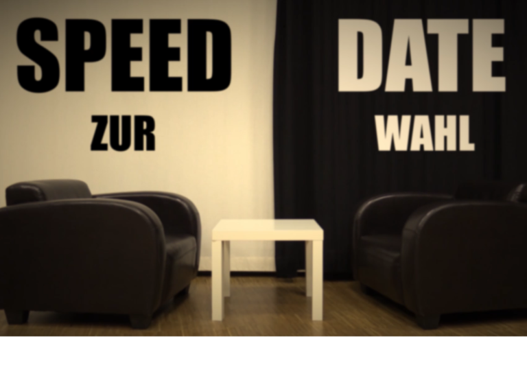 Text: Speed Date zur Wahl, Hintergrund: ein Tisch, zwei Sessel und ein schwarz weißer Vorhang dahinter